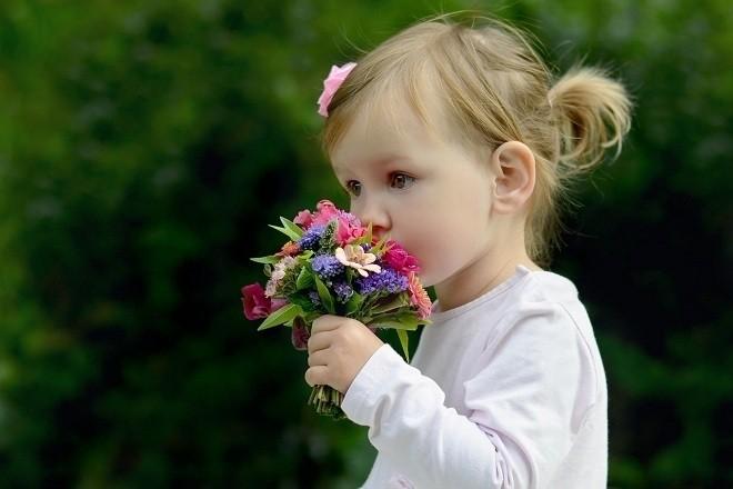 bé gái cầm hoa