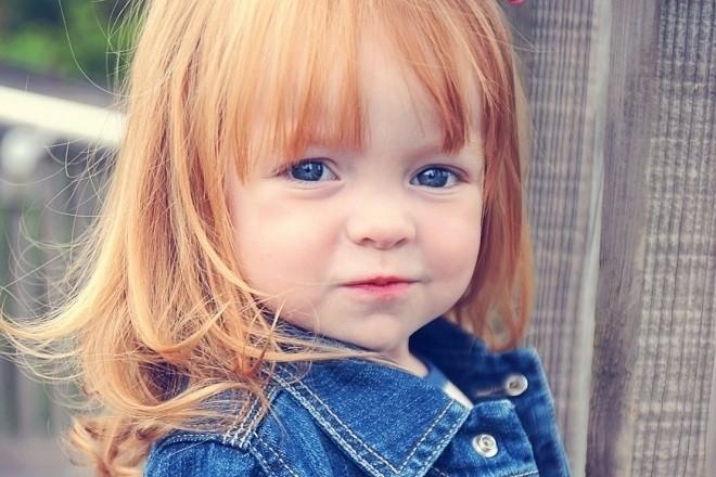 bé gái tóc vàng