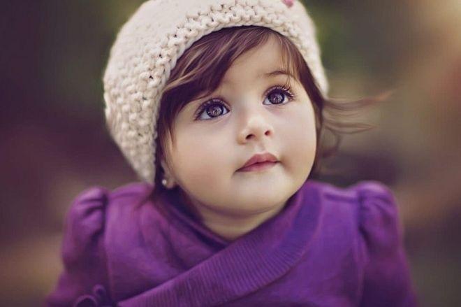 bé gái đầm tím mắt long lanh