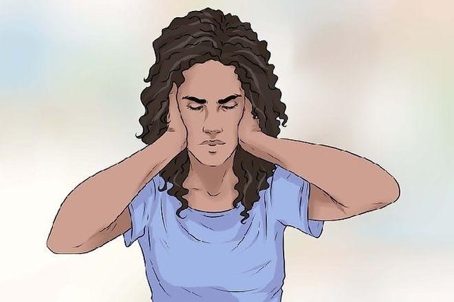 người phụ nữ tóc xoăn ôm đầu