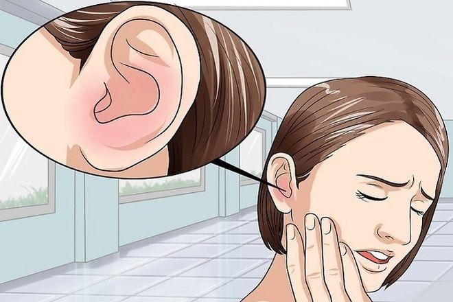 người phụ nữ bị đau tai