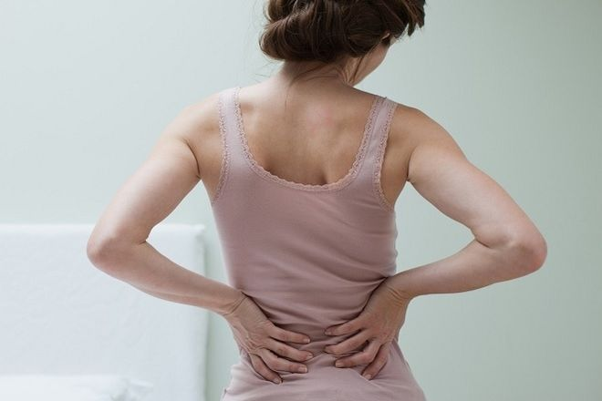 người phụ nữ bị đau lưng
