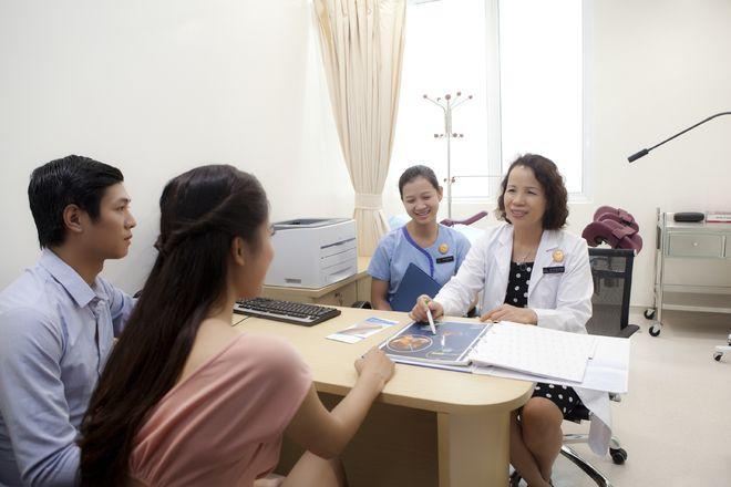 bác sĩ tiếp nhận vợ chồng bệnh nhân