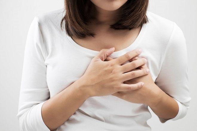 người phụ nữ bị đau ngực