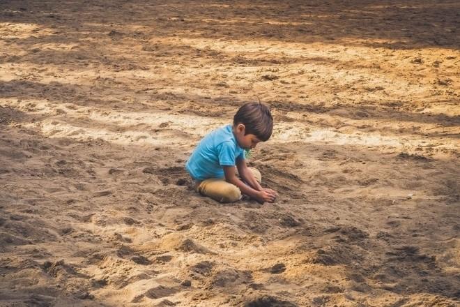 Trẻ rối loạn phát triển lan tỏa có xu hướng thích chơi 1 mình