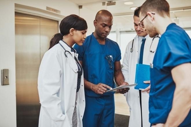 Các bác sỹ thảo luận