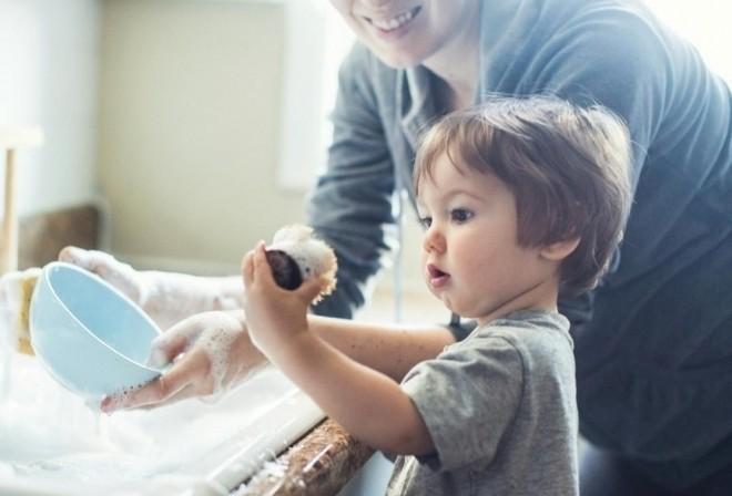 Trẻ phụ mẹ việc nhà