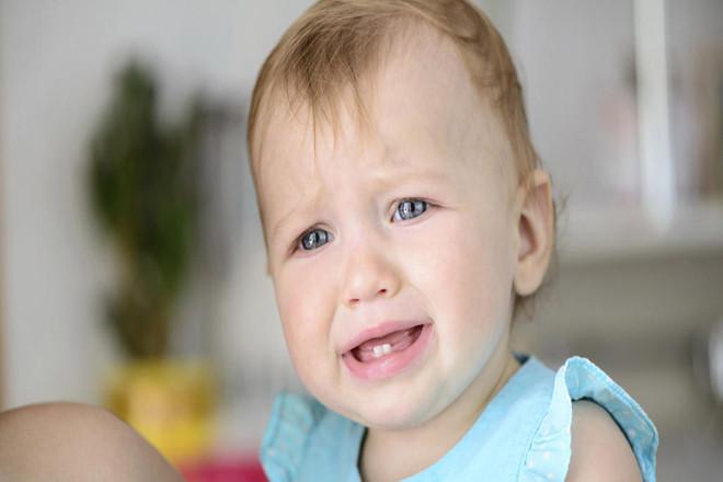 Bé bị sốt do mọc răng
