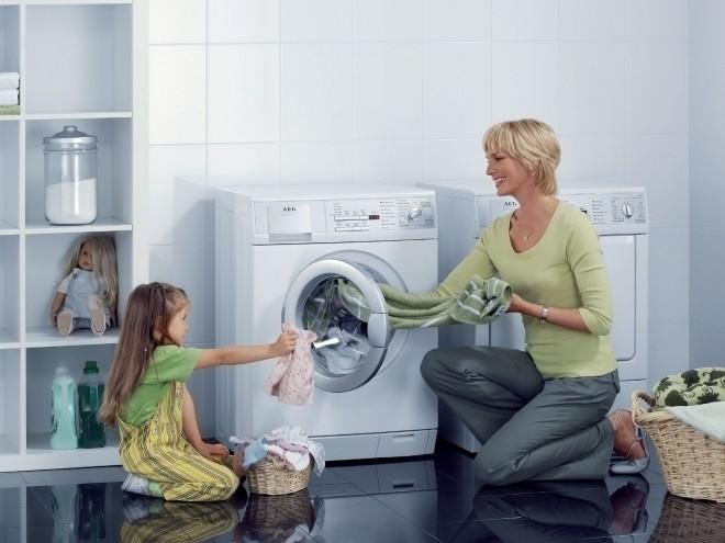 Dạy trẻ tự giặt quần áo của mình