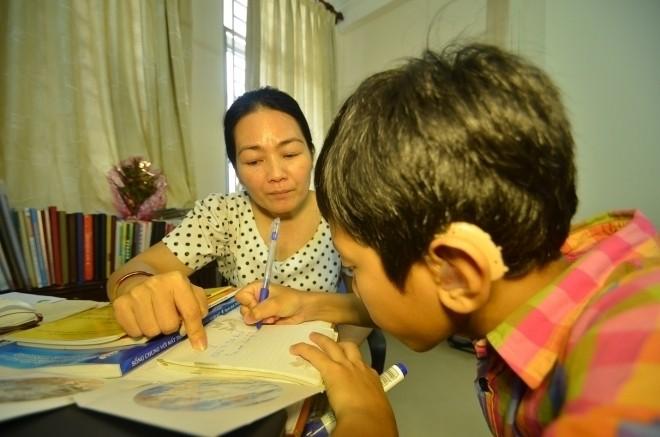 Tâm lý trẻ khiếm thính_Trẻ viết bài