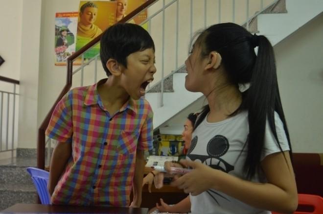Trẻ khiếm thính dễ cáu giận do bị hạn chế trong giao tiếp