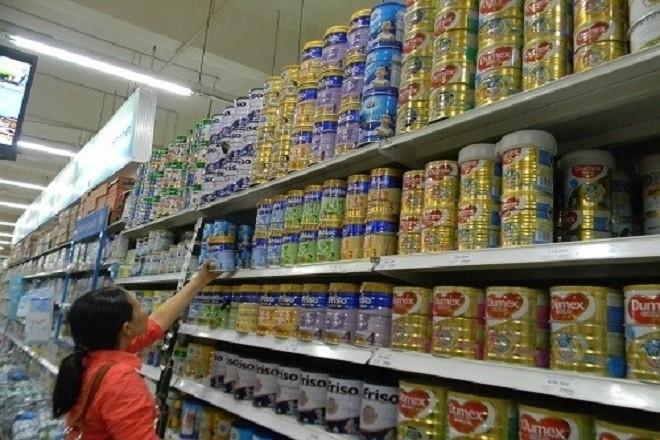 chọn mua sữa trong siêu thị