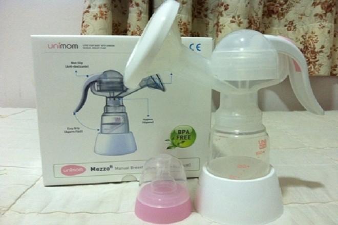 máy hút sữa unimom bằng tay UM880052 được thiết kế nhỏ gọn giúp các mẹ hút sữa dễ dàng thuận tiện