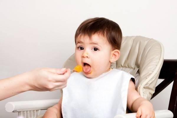 Cho bé ăn