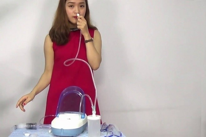 cô gái dùng máy xông hút mũi dotha health care 2 trong 1