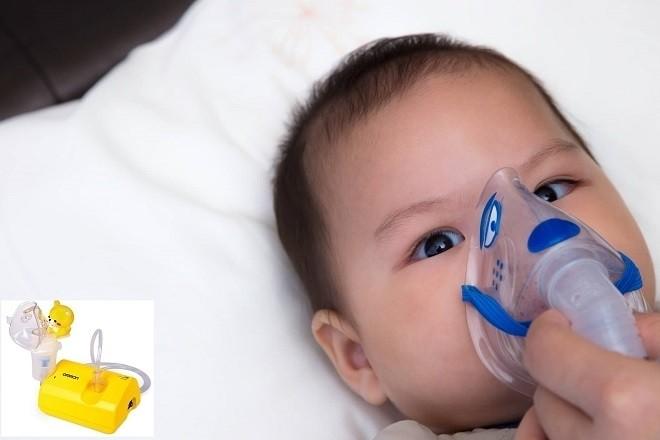 bé dùng máy hút mũi trẻ em omron