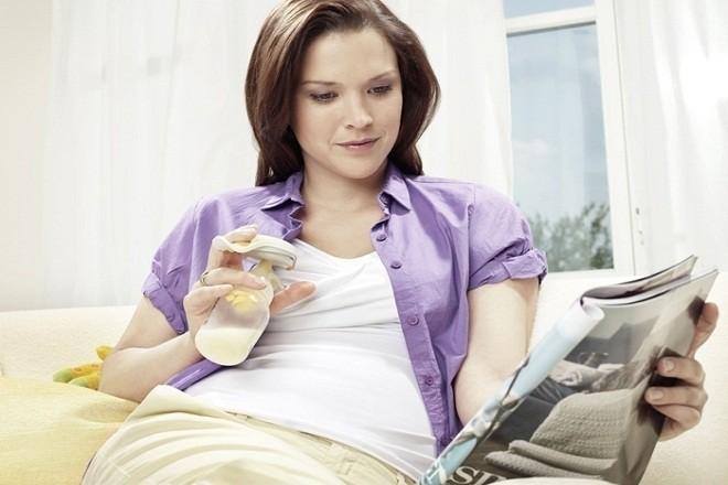công dụng quan trọng của máy hút sữa chính là giúp mẹ dự trữ sữa an toàn vệ sinh