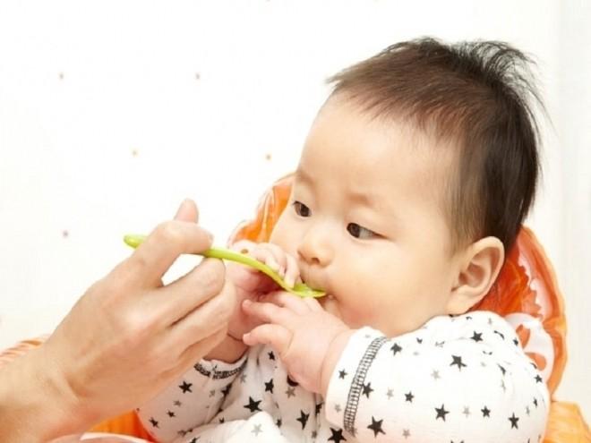 Mẹ cho bé ăn