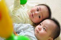 6 mẹo giúp mẹ bớt lúng túng khi chăm sóc trẻ sinh đôi