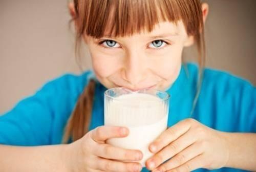 17249-girl-drinking-milk.jpg