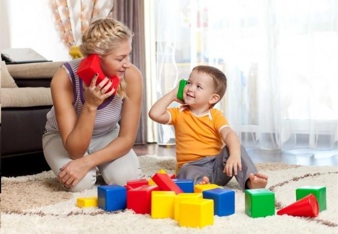 Trẻ bắt trước ngôn ngữ từ bố mẹ
