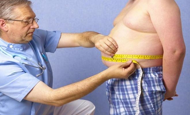 Bác sỹ đo vòng bụng của bé