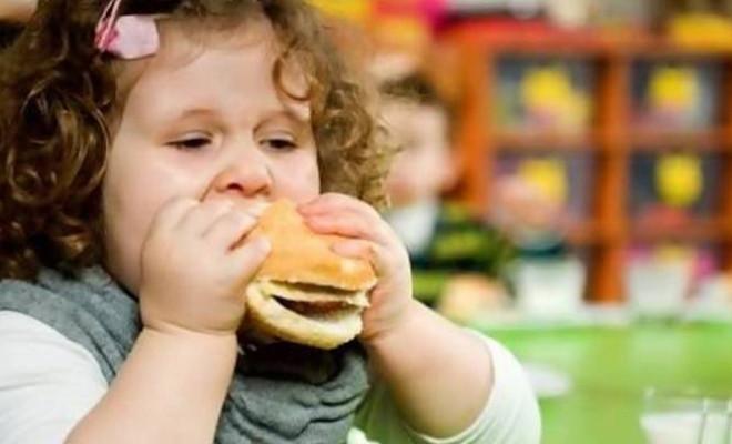 Bé gái đang ăn hambuger
