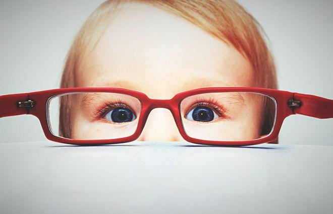 trẻ đeo kính