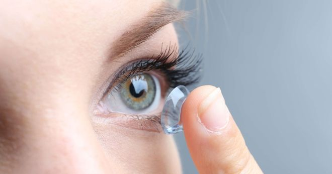 đeo kính áp tròng chữa cận thị