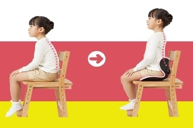 trẻ ngồi thẳng lưng