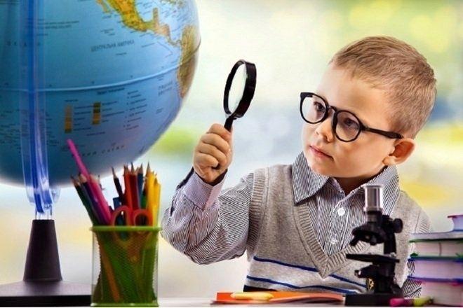 trẻ đeo kính cận