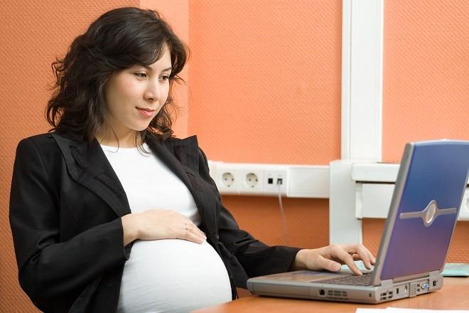 bà bầu lên web tìm kiến thức sinh con