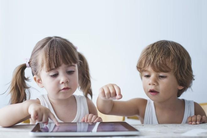 2 bé ngồi chơi ipad