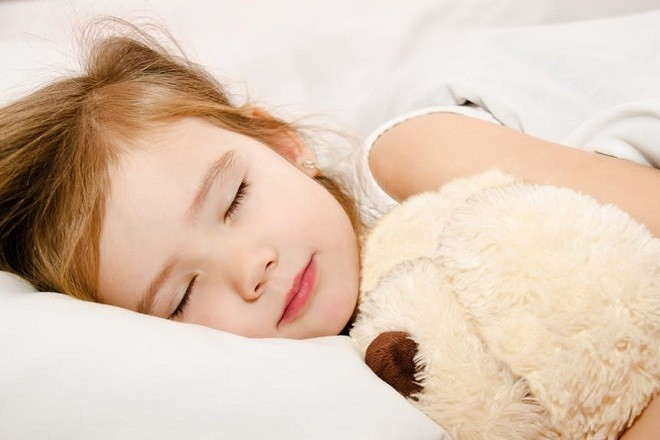 bé gái ôm gấu bông ngủ