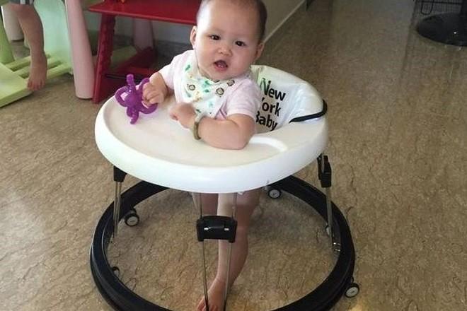 bé sơ sinh ngồi xe tập đi