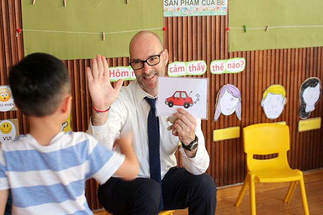 Thầy dạy bé học song ngữ