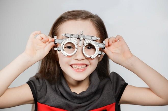 đo độ cận thị cho bé gái