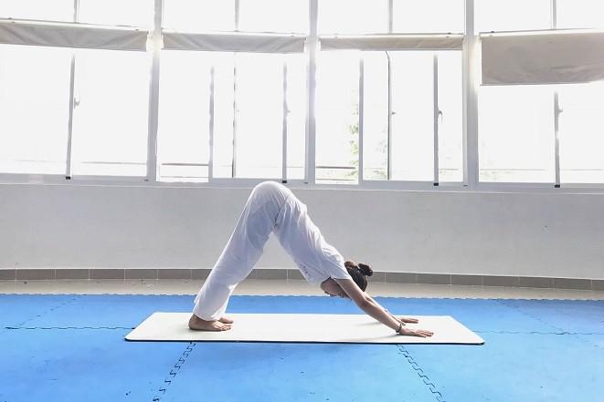 tư thế yoga chó duỗi chân cúi mặt