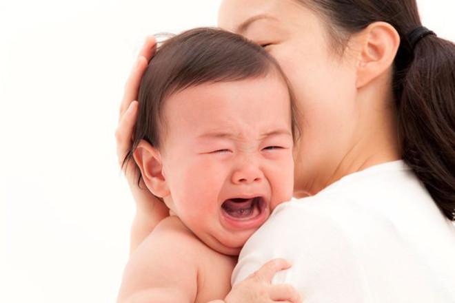 Mẹ ôm bé đang khóc