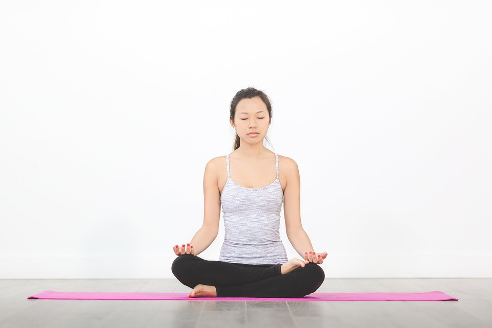 Phụ nữ tập yoga