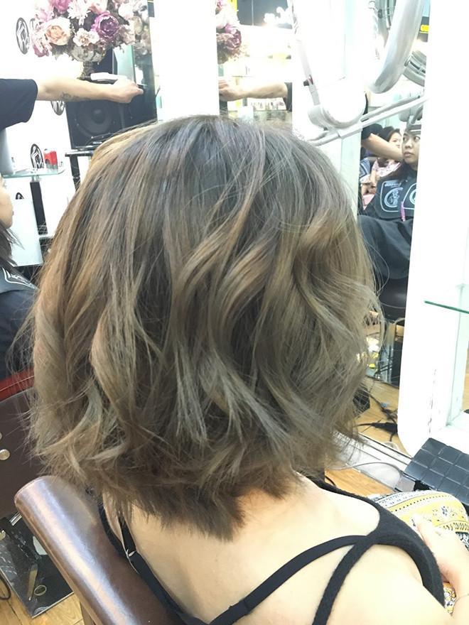 một khách hàng cắt tóc ngắn tại Toc.vn