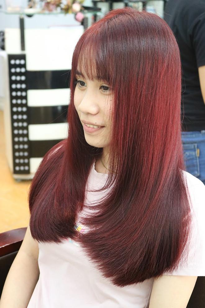 khách hàng nhuộm tóc tại salon toc.vn