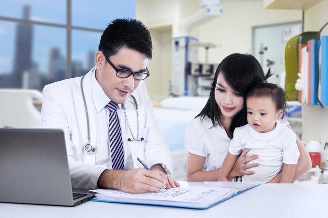 Mang trẻ đi khám bác sỹ