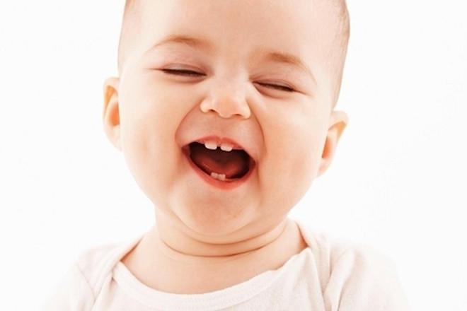 Bé 10 tháng tuổi cười tươi