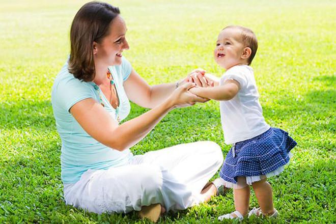 Bé 10 tháng tuổi vui đùa tập đi cùng mẹ