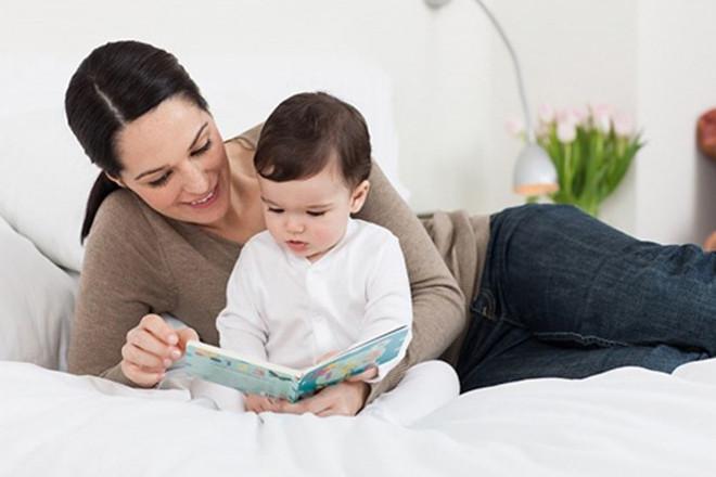 Mẹ đọc sách cho bé nghe