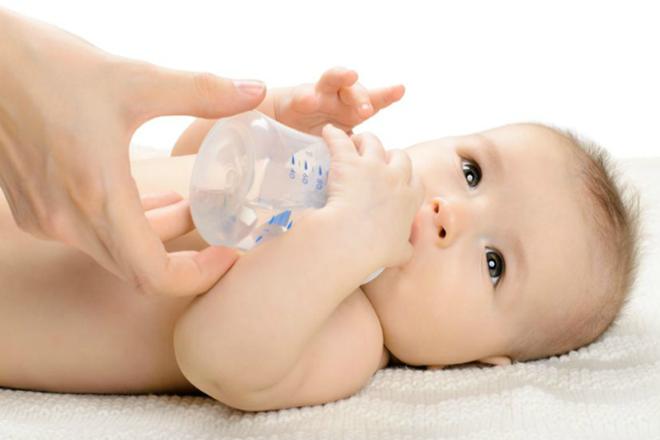Không nên cho trẻ sơ sinh trước 6 tháng tuổi uống nước sau khi bú mẹ