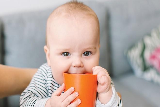 Khi nào cho trẻ sơ sinh uống nước