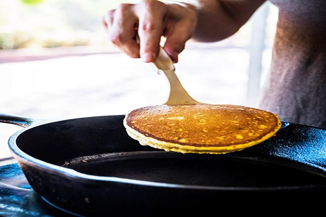 Chiên bánh pancake bí đỏ