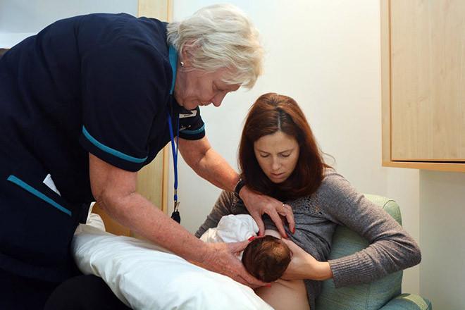 Tư thế cho bé bú đúng luôn tạo cảm giác thoải mái cho cả mẹ và con